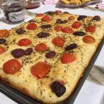 Focaccia Pugliese con Pomodorini e (variante!) Olive Nere