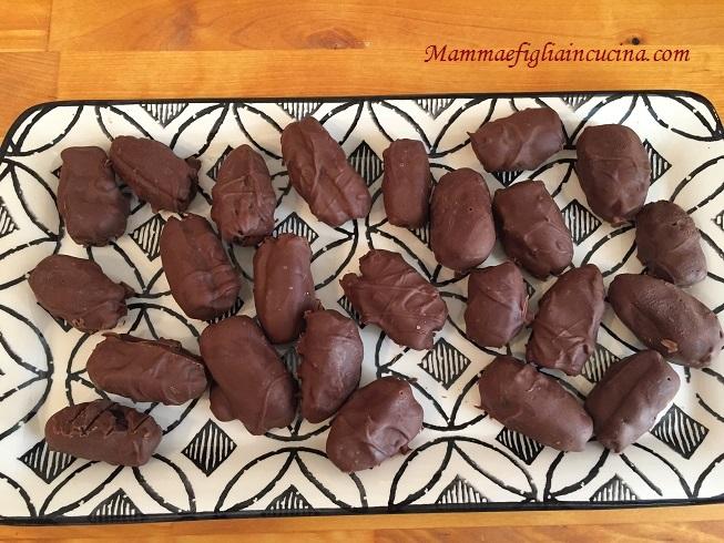 datteri-ripieni-di-noci-e-cioccolato
