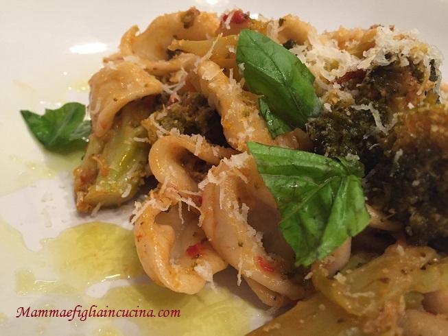 orecchiette-con-broccoli-siciliani-pomodorino-fresco-e-caciocavallo-grattuggiato-1