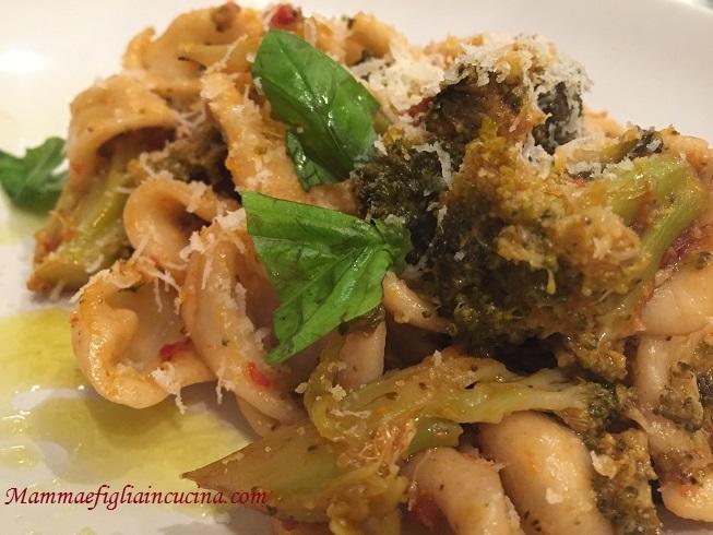 orecchiette-con-broccoli-siciliani-pomodorino-fresco-e-caciocavallo-grattuggiato-2