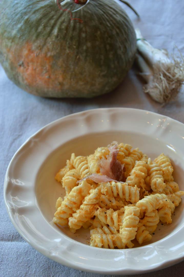 Pasta-con-crema-di-zucca-e-chips-di-crudo-1-1